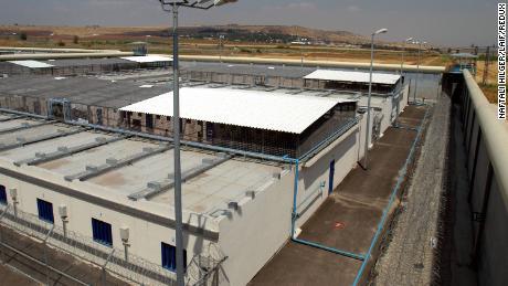 L'extérieur de la prison de Gilboa.
