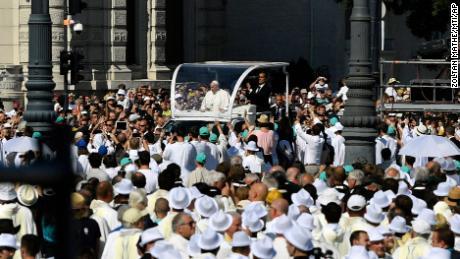 يصل فرانسيس في سيارته البابوية للاحتفال بالقداس الختامي للمؤتمر الإفخارستي الدولي في ساحة الأبطال في بودابست.