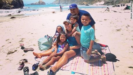 Пара из Калифорнии умерла от COVID-19 с разницей в 19 недель, оставив сиротами 5 маленьких детей, включая новорожденного