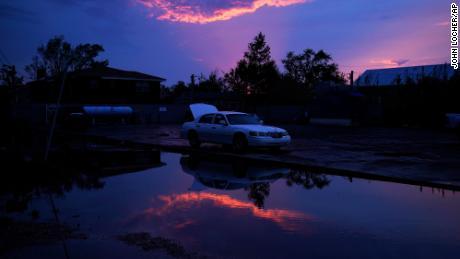 Поврежденный автомобиль стоит у наводнения после урагана Ида в Жан-Лафит, Лос-Анджелес.