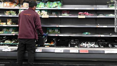 La Grande-Bretagne retarde les contrôles aux frontières du Brexit alors que l'industrie alimentaire met en garde contre des pénuries permanentes