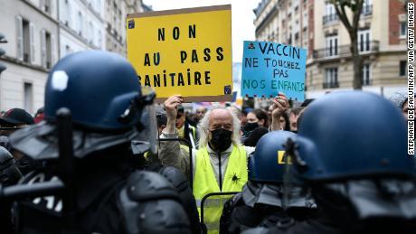 Un manifestant tient des pancartes indiquant
