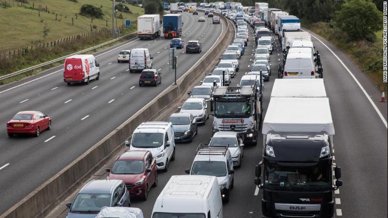 Un atasco en la autopista M25 en Godstone, Inglaterra, después de que activistas climáticos bloquearon una vía de acceso para presionar al gobierno del Reino Unido a legislar para recortes de emisiones más fuertes, el 13 de septiembre de 2021.