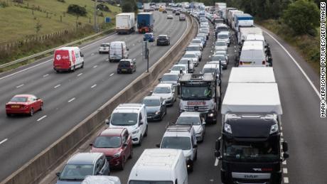 Un embouteillage sur l'autoroute M25 à Godstone, en Angleterre, après que des militants du climat ont bloqué une bretelle pour pousser le gouvernement britannique à légiférer pour des réductions d'émissions plus importantes, le 13 septembre 2021.