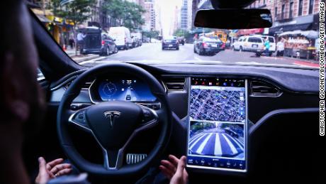بعض مالكي سيارات Tesla يقودون سيارات Elon Muskin بأنفسهم