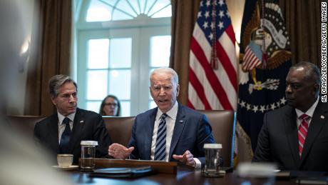 Le président Joe Biden parle alors qu'Antony Blinken, secrétaire d'État, à gauche, et Lloyd Austin, secrétaire à la Défense, à droite, écoutent lors d'une réunion du cabinet à la Maison Blanche, le 20 juillet 2021.