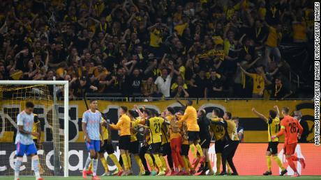 Los Young Boys celebran tras marcar el gol de la victoria.