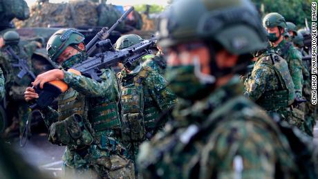 2021 年 9 月 14 日,在台湾的一次军事演习中,有人看到台湾士兵手持手榴弹和机枪,驾驶坦克。
