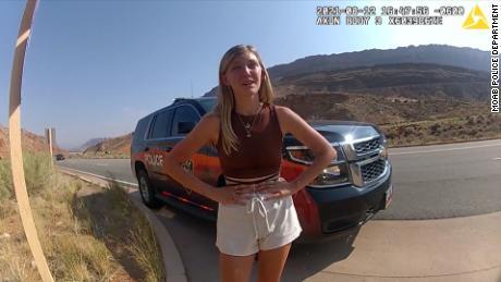 Las imágenes de Bodycam del Departamento de Policía de Moab muestran a Gabby Petito mientras habla con los oficiales.