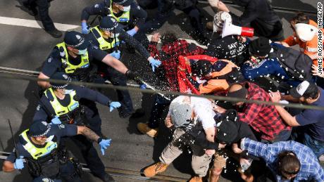 Victoria Police vuurt pepperspray af tijdens botsingen met demonstranten tijdens de Independence Rally in Melbourne, Australië op zaterdag 18 september 2021.