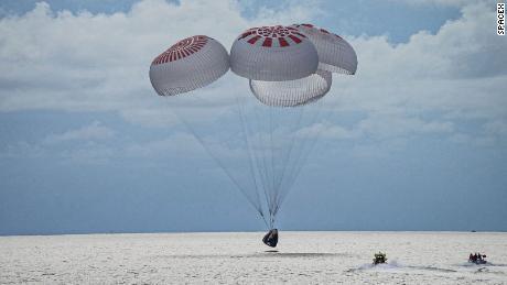 SpaceX právě přivedl první posádku turistů z vesmíru.  Zde je další postup