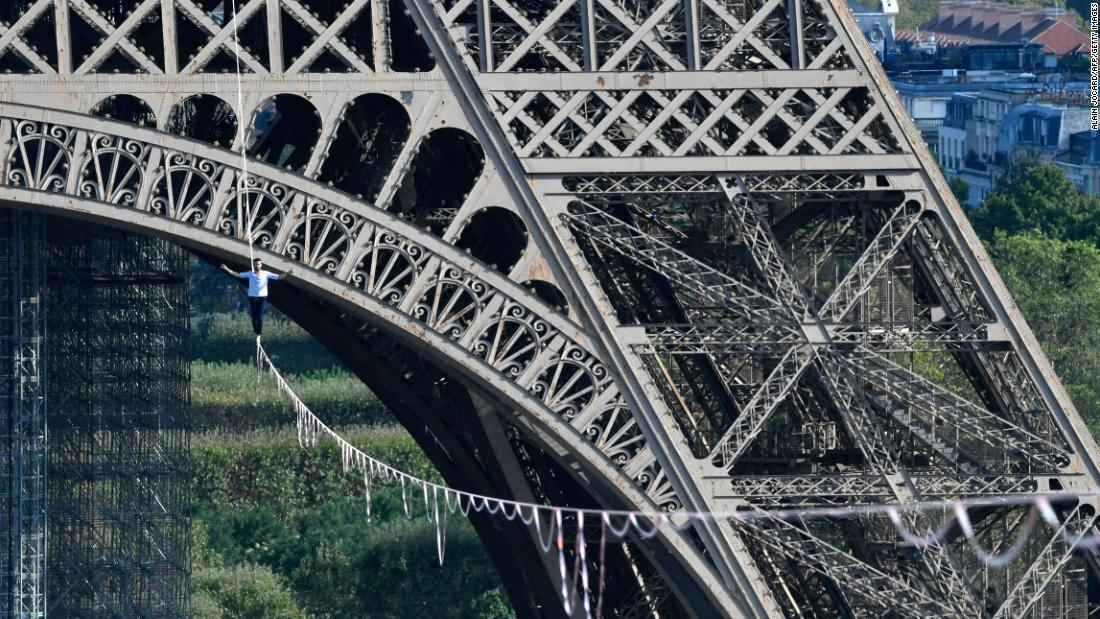French slackliner crosses the Seine from the Eiffel Tower in breathtaking stunt