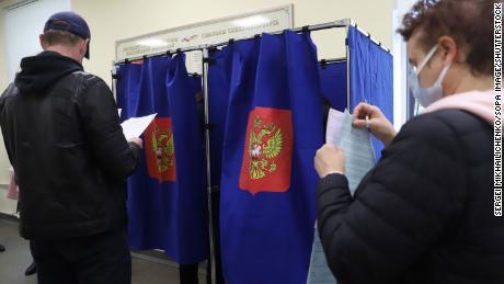В России люди голосуют в последний день трех дней парламентских и местных выборов.