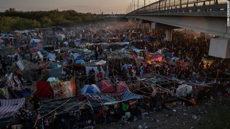 El gobernador de Texas aprueba crear una 'barrera de acero' de kilómetros de largo con vehículos policiales para disuadir a más de 8.000 migrantes en Del Río