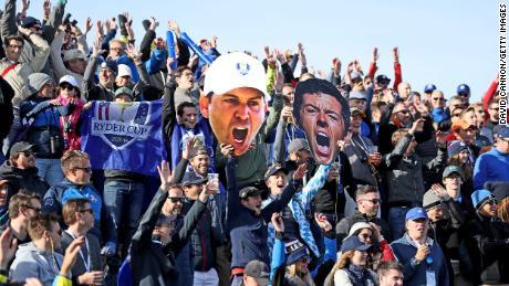 Người hâm mộ châu Âu trưng bày những bức ảnh khổng lồ của Rory McIlroy và Sergio Garcia trong bốn trận bóng đá rạng sáng của Ryder Cup 2018 tại Le Golf National.