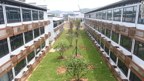 Composé de rangées de bâtiments de trois étages, le centre de quarantaine de Guangzhou pour les arrivées étrangères compte 5 000 chambres.
