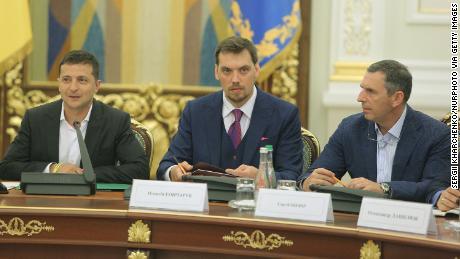 Từ trái sang phải, Volodymyr Zelensky, Oleksiy Honcharuk và Serhiy Shefir tham dự một cuộc họp ở Kiev vào tháng 9 năm 2019.