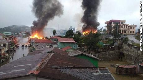 Μια πόλη στη Μιανμάρ κοντά στα σύνορα με την Ινδία αντιμετωπίζει μαζική έξοδο καθώς χιλιάδες εγκαταλείπουν τις μάχες