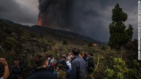 O Monte Cumbre Vieja continua a entrar em erupção em El Paso, expelindo colunas de fumaça, cinzas e lava.