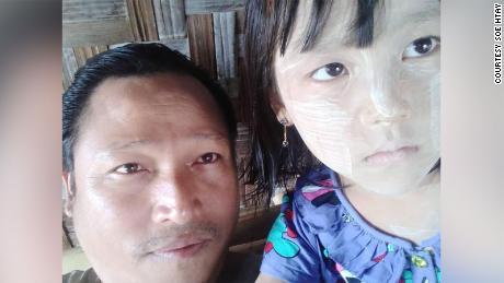 Soe Htay, a la izquierda, y su hija, Su Htet Waing.