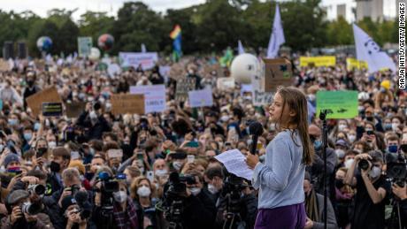 トゥーンベリーが金曜日ベルリンで開かれた青少年の気候行進で演説している。