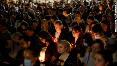 Mensen houden kaarsen vast tijdens de bewustwording voor Sabina Nessa, een 28-jarige lerares in Londen op 24 september 2021.
