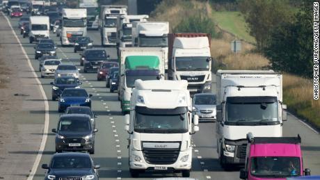 영국, 공급망 위기에 대처하기 위해 10,000명 이상의 외국인 근로자에게 임시 비자 제공