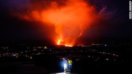 Испанският вулкан изригва и спира полетите