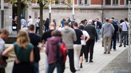 Se forman largas filas frente a un colegio electoral en una escuela en Friedrichshain.