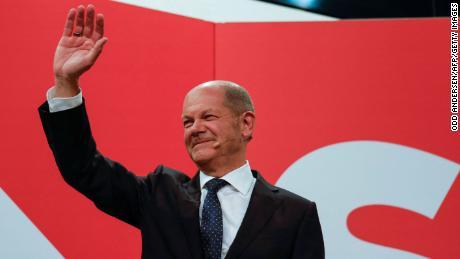 Olaf Scholes wandert in die SPD-Zentrale, nachdem in Berlin Quoten im Fernsehen ausgestrahlt wurden.