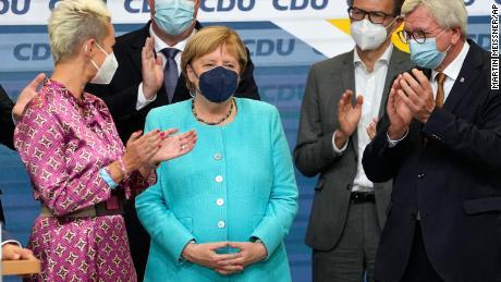 Bundeskanzlerin Angela Merkel applaudiert am Sonntag als führende CDU-Mitglieder.