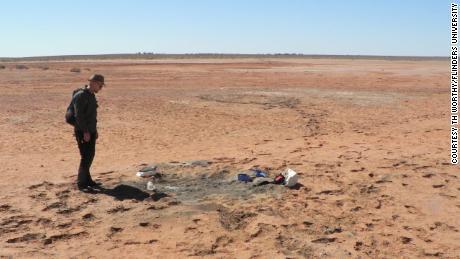 Warren Handley, paleontologo della Flinders University, in un sito di perforazione vicino al lago Binba, nell'Australia meridionale.