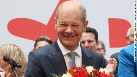 Olaf Scholz, ứng cử viên thủ tướng SPD, trên sân khấu một ngày sau cuộc bầu cử Hạ viện.