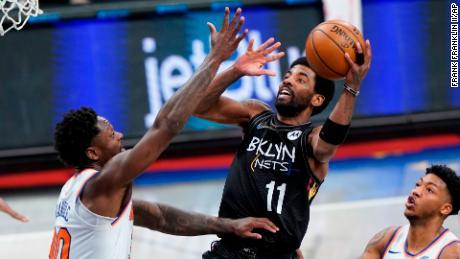 Es posible que Kyrie Irving (centro) de los Brooklyn Nets no pueda jugar frente a los fanáticos de la NBA en la ciudad de Nueva York esta temporada, debido a los nuevos mandatos de vacunas que podrían impedir que los jugadores compitan en los juegos en casa si no están vacunados o exentos.
