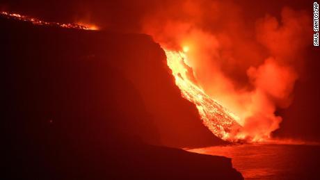 Лава от вулкан достига морето в Ла Палма в ранните часове на 29 септември.