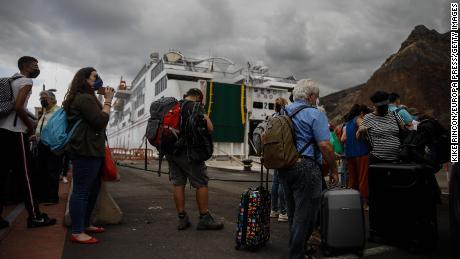 Туристите напускат Ла Палма на 25 септември след изригването на вулкана, започнало седмица по -рано в региона Кумбре Виеха.