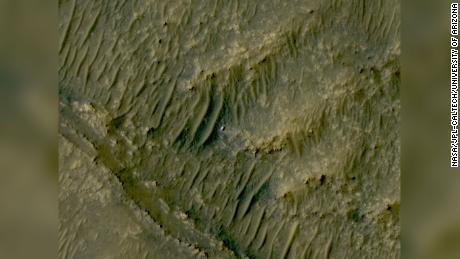 O Mars Reconnaissance Orbiter capturou esta imagem de persistência, que aparece como uma mancha branca, na área ao sul de Cittah na cratera de Jezero.
