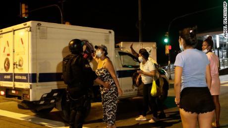 Роднини на затворници чакат новини, тъй като разследващият съдия & # 39;  Камион пристига в затвора Litoral след бунт в Гуаякил, Еквадор, вторник, 28 септември 2021 г.