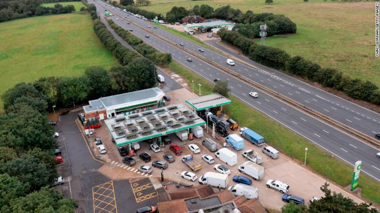 Una vista de los conductores haciendo fila para cargar combustible el 28 de septiembre de 2021 en Wisley.