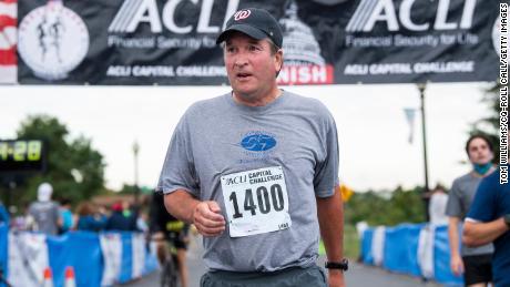 Sędzia Brett Kavanaugh przekracza linię mety podczas wyścigu ACLI Capital Challenge 3-Mile Team Race w Anacostia Park w Waszyngtonie, w środę, 29 września 2021 r.