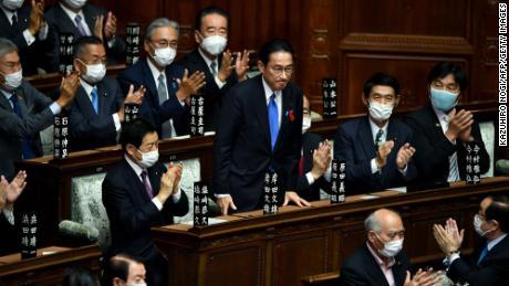 Fumio Kishida werd geprezen na zijn verkiezing tot nieuwe premier van Japan op 4 oktober in de Tweede Kamer in Tokio.