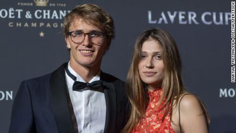 Zverev et Sharypova posent sur le tapis rouge lors de la soirée de gala lors de la Laver Cup à Genève, en Suisse, en 2019.