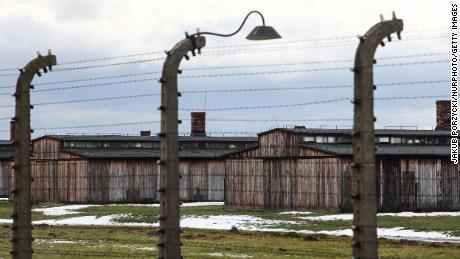 Spygliuota viela ir stovyklos kareivinės buvusioje nacių koncentracijos stovykloje Aušvice-Birkenau 2021 m. Sausio 23 d.