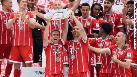 Philipp Lahm y Xabi Alonso celebran ganar el título de la Bundesliga en mayo de 2017.