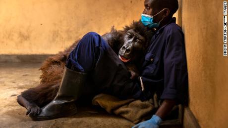 تم تصوير Nadakasi مع مقدم الرعاية لها ، Andre Bauma