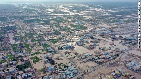 2021년 10월 4일 Al Batinah 지역의 오만 도시 Al Khaboura에서 열대성 사이클론 Shaheen의 영향을 보여주는 항공 사진.