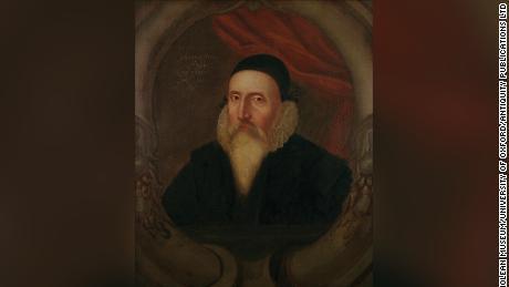 Este es un retrato de John Dee de 1594.