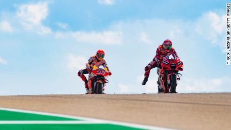 Bagnaia di Spagna guida Marc Marquez e il Team Repsol Honda durante la MotoGP di Aragon al Circuit Motorland Aragon il 12 settembre 2021 ad Alcaniz, in Spagna.