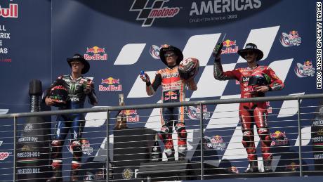 Fabio Quartararo, Marc Marquez e Bagnaya festeggiano sul podio dopo il Gran Premio delle Americhe della MotoGP il 3 ottobre 2021 ad Austin, in Texas.