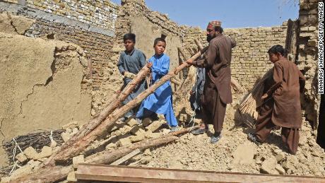 Люди расчищают завалы своих разрушенных домов в Харнае.